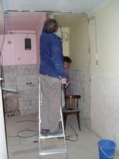 pôvodný stav pohľadu na kúpelňu z chodby v procese rekonštukcie - predlženie kúpeľne do pristoru chodby cca o  3 m2