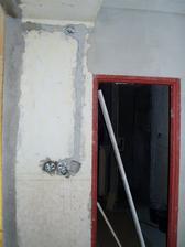pôvodný stav pohľadu na kúpelňu z chodby v procese rekonštukcie vstupu