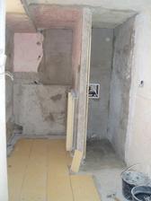 pôvodný stav pohľadu na kúpelňu z chodby v procese rekonštukcie - prepojenie celej kúpelne