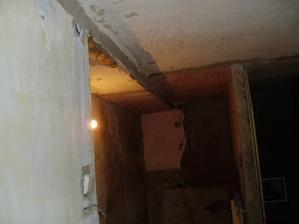 pôvodný stav pohľadu na kúpelňu z chodby v procese rekonštukcie kde sa zamurovali dvere do vedľajšej izby aby sa preblžila kúpeľňa