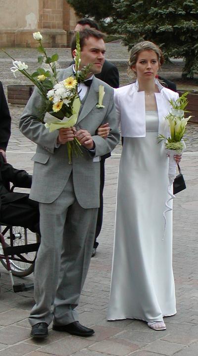 Inšpirácie - moje svadobné šaty podľa môjho návrhu - model z roku 2004´ - svadba bola 1.5.2oo4´a vonku veľká zima tak som musela na poslednú chvíľu zobrať silonky čo dosť kazilo záverečný dojem ale teraz je to už jedno :-)