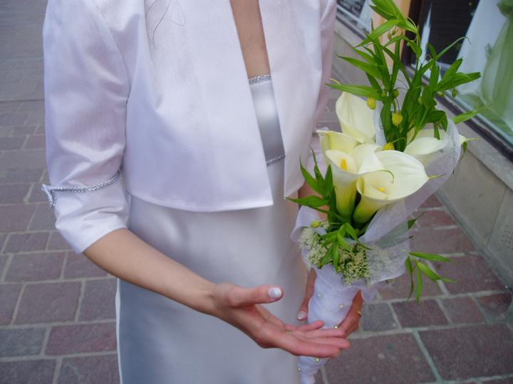 Inšpirácie - Kytica podľa vlastného návrhu - pôvodne som chcela väčšie a viac bielé kvety, ale nebol pred 10 rokmi taký výber kvetov a kvetinárstiev ako teraz v roku 2o14´
