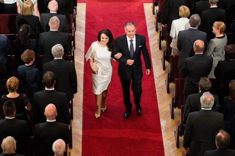 """text pri fotografii """"Andrej Kiska s manželkou počas príchodu do Reduty krátko pred slávnostným zložením prezidentského sľubu"""" ale ja som mala dojem akoby to boli mladomanželia - pekné, elegantné až romantické šatočky mala naša prvá dáma :-) - symbolika ? alebo náhoda - biela - čistota, začiatok, nevinnosť ..."""