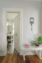 obloženie okolo starých dverí s okrasnou lištou z pvc a aj soklík okolo steny - páči sa mi to ako nápad do chodby