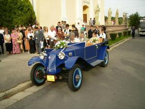 Odchod z kostola svadobným autíčkom na svadobnú hostinu a zábavu