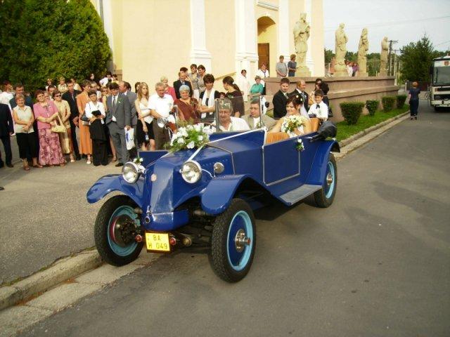 Maťka{{_AND_}}Vladko - Odchod z kostola svadobným autíčkom na svadobnú hostinu a zábavu