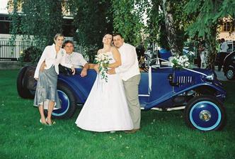 Ja, Vladko  a brat Milanko s priateľkou Peťkou pri svadobnom veteráne