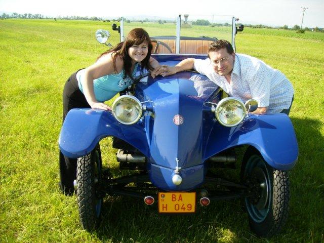 Maťka{{_AND_}}Vladko - Tu sme ako snúbenci s naším svadobným autíčkom, túto fotku sme mali na svad.oznámení