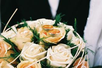 Naša svadobná kytička s obrúčkami