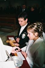 Pred oltáro nášho Pána Ježiša Krista prisahám, že svoj manželský sľub dodržím. Tak mi Pán Boh pomáhaj.