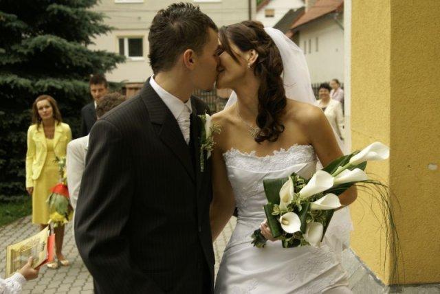 Deniska{{_AND_}}Matúško Petráškovci - Náš prvý manželský bozk bol až vonku. O to však krajší :)