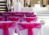Svatební koberec a dekorace židlí