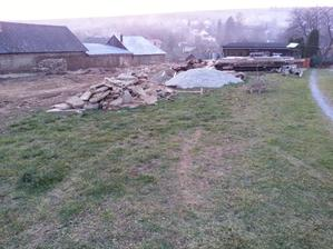 posledna kopa kameňov a ideme uložiť krov