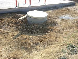 Stihli sme aj obsypať studnu kameňom a na vrch zemina