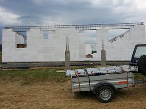 dnes sa zamerala strecha,skoro dokončené železo a ideme to ošalovať. verím,že na budúci týždeň zalejeme veniec))