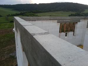 Odšalovane,ešte dať hranoly na terasu a vchod a môžu namontovať strechu