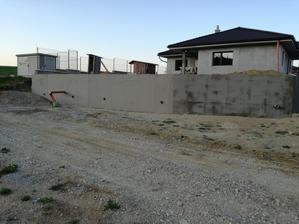 začali sme pracovať na plote, polystyren, sieťka-lepidlo, kotvy a niečo navrch.....