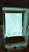 Detail okna zvnutra. Folia sa pretrhla a do domu zacala tiect voda.