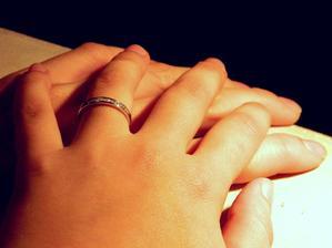 Sice ne typický zásnubní prstýnek, ale pro mě ten nejhezčí :)