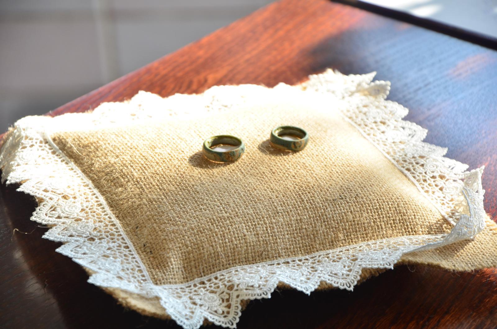 Šárka{{_AND_}}Tomáš - Vlastnoručně vyrobené prstýnky, které se nám ale rozpadly, takže stejně skončíme u zatých kroužků