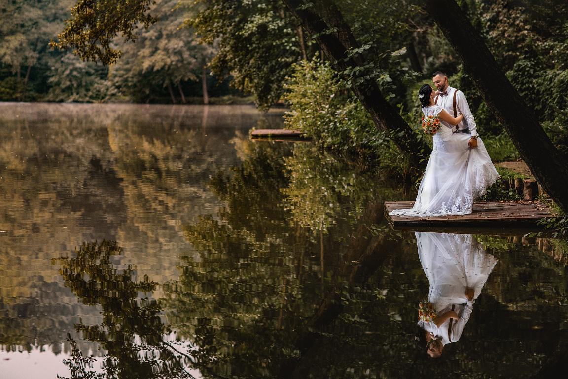 Krásný den, jsme sehraný manželský pár, svatební fotografka a kameraman, fotíme a natáčíme po celé republice. (k dispozici máme navíc zdarma fotokoutek, k záběrům využíváme i letecký dron)  Naše fotografie a videa najdete i s ceníkem na webových stránkách . Moni a Tom - Obrázek č. 3