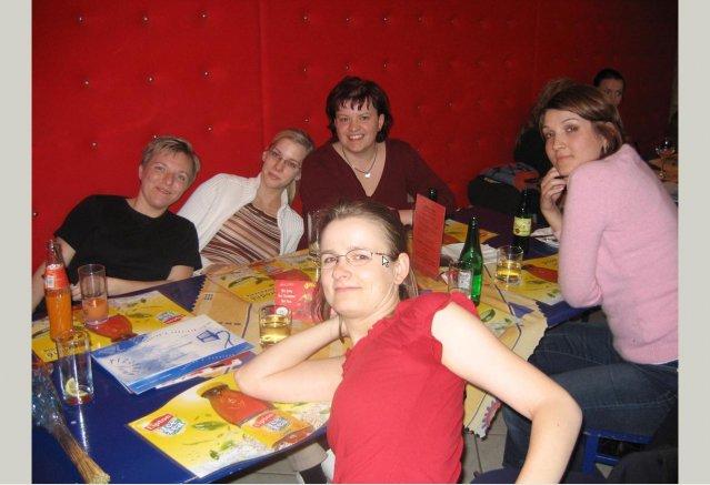 Kafe 18.4.2006 - Zuz, Made, Katrin, Nufka a Dorotka, Nevesta z druhej strany fotaku :-D