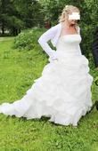 Úžasné svatební šaty s vlečkou v barvě šampaň, 40