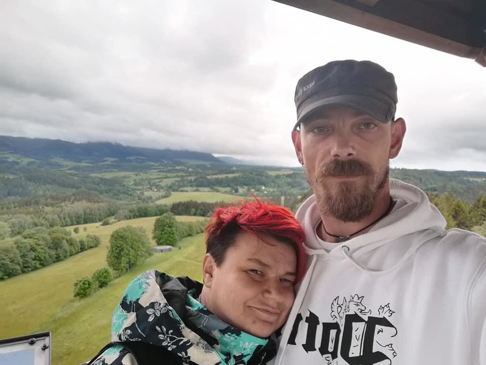 510 Dní po svatbě a já vím, že líp jsem se vdát nemohla. Až teď po dlouhé době jsem otevřela beremese a napadlo mě se podělit o to co se u nás stalo. 7. 9. 2019 jsme se vzali a 4. 3. 2020 jsem málem umřela, tedy nevím kdo nahoře zařídil ten zázrak a já přežila těžký infarkt na pokraji covidové doby.  moc děkuji mému manželovi, že to se mnou statečně zvládá a jak moc mi pomáhá. Běžně lidé půl rok po svatbě řeší mimčo, já ne já musím asi jinak nebo co. Hlavní je se nevzdat a mit parťáka který je při Vás. - Obrázek č. 1