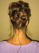 takhle to vypadá ze zadu, akorát by vlasy byly ještě více upevněné sponkama...ať to drží