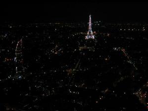 Paříž v noci z budovy co má 59 pater- šílená výška