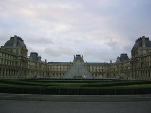 muzeum Louvre - se skleněnou pyramidou