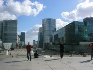 moderní čtvrť s mrakodrapy - La Defense