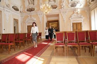 Paní matrikářka uvádí svatebčany do Rytířského sálu