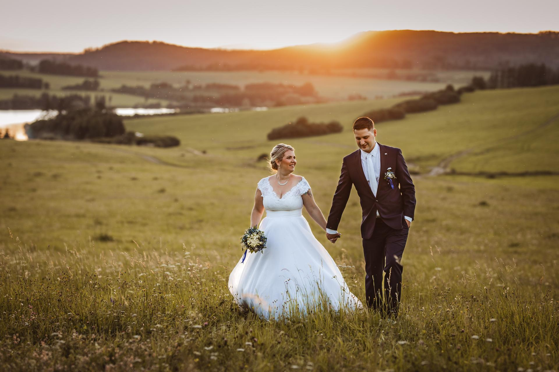 Sluníčko sluníčko...krásný západ slunce na svatbě u Slezské Harty  Stále mám volné termíny na rok 2021...pište/volejte si o ně 🙂, ráda za vámi přijedu po celé ČR. - Obrázek č. 2