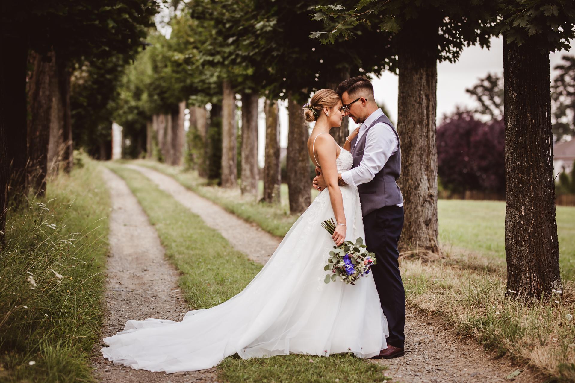 Jsem svatební fotografka a nabízím VOLNÉ termíny 2021! Koukněte na mou práci: https://www.michaelabalazova.cz/svatebni-fotografie/ - Obrázek č. 1