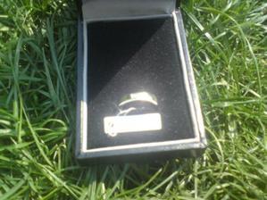 """Můj snubní prsten. Na cedulce: """"Natural Diamond"""". Focené mobilem - špatná kvalita :-("""