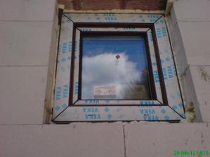 malinké okná vo wc, kotolni a dielni
