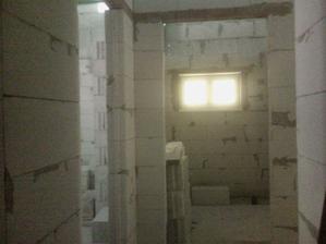 pohľad do kúpelne a z boku v ľavo je vchod do spálne