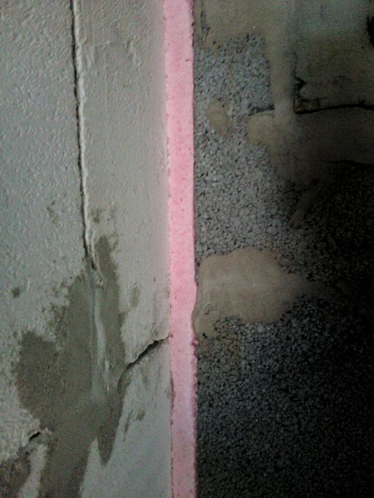 Vnútorné práce - rozvody vody a kúrenie, podlaha - zapenenie protipožiarnou penou okolo komínov