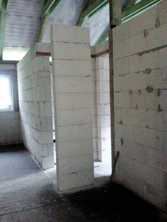 Vnútorné práce - rozvody vody a kúrenie, podlaha - medzi tieto priečky musíme ešte vymurovať betónový stĺp na pomúrnicu pre stropnú konštrukciu