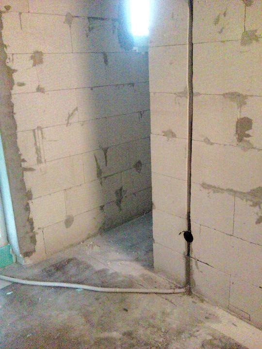 Vnútorné práce - rozvody vody a kúrenie, podlaha - dotiahnutá elektrika do domu