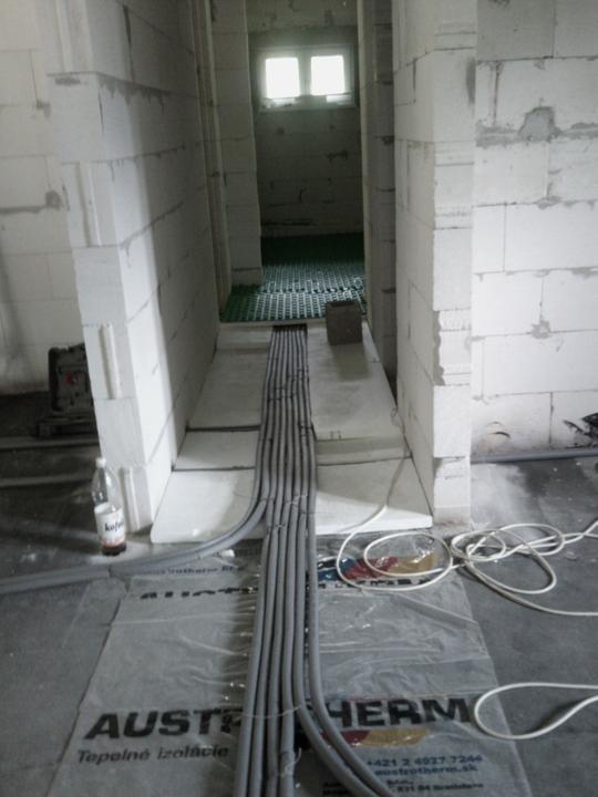 Vnútorné práce - rozvody vody a kúrenie, podlaha - a už potiahnuté kúrenie