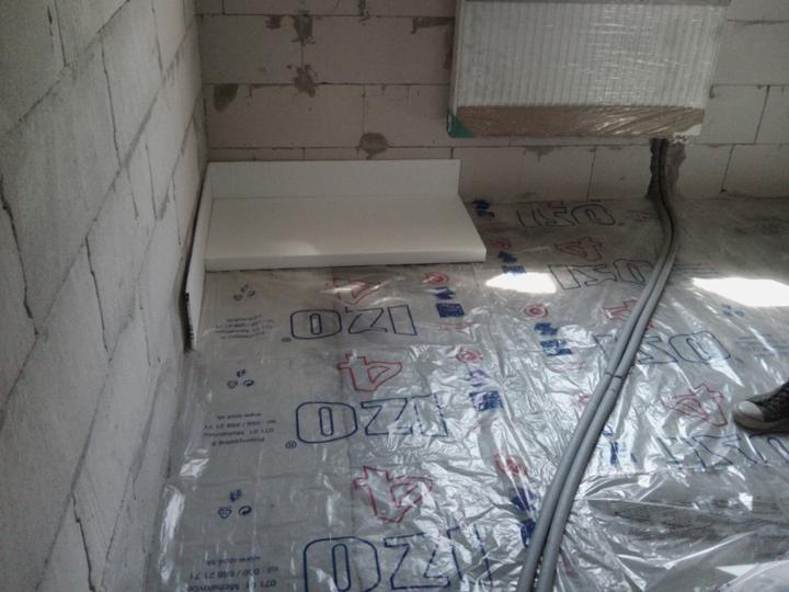 Vnútorné práce - rozvody vody a kúrenie, podlaha - začíname 5-kou + 1-tkou okolo celej izby ako dilatáciu