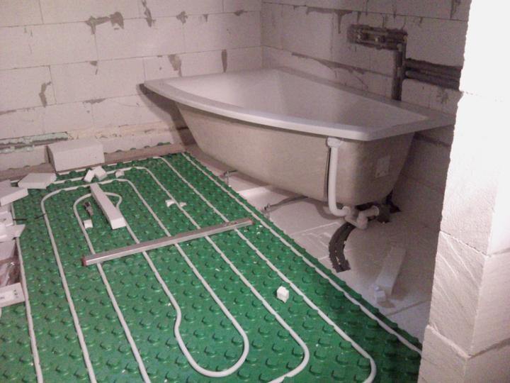 Wc-ko a kúpelňa - kúrenie a už položená aj vaňa, ktorú zapúšťame do zeme