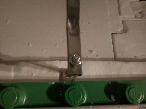 detail nožičky vane, stojí vlastne na platni