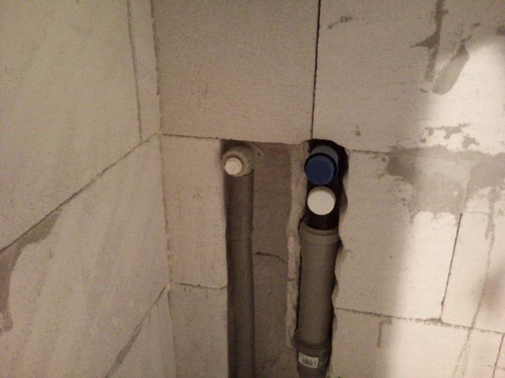 Vnútorné práce - rozvody vody a kúrenie, podlaha - detail syfónu a vody pre práčku