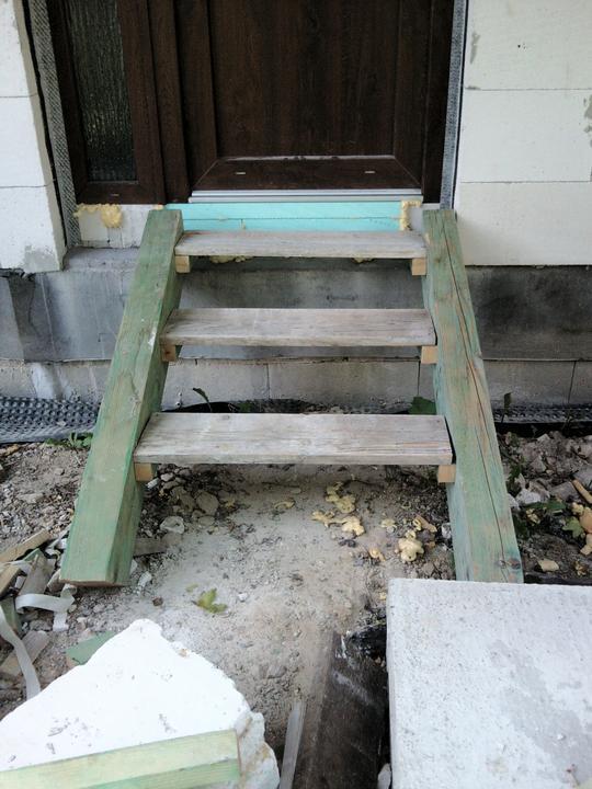 Vnútorné práce - rozvody vody a kúrenie, podlaha - a provizórne schodíky do bytíka