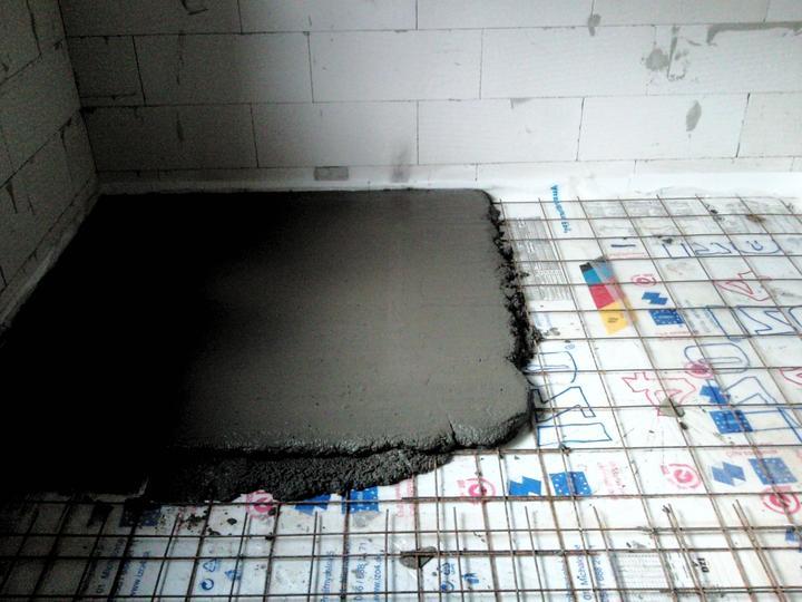 Vnútorné práce - rozvody vody a kúrenie, podlaha - a pokračujeme izbou