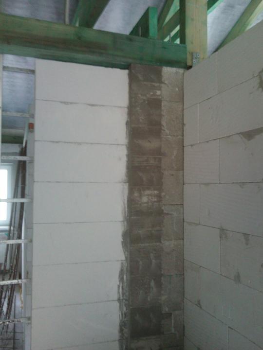 Vnútorné práce - rozvody vody a kúrenie, podlaha - dokončený podporný stĺp