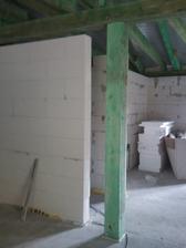 Drevený podporný stĺp ale aj dekoračný zároveň pred povrchovou úpravou